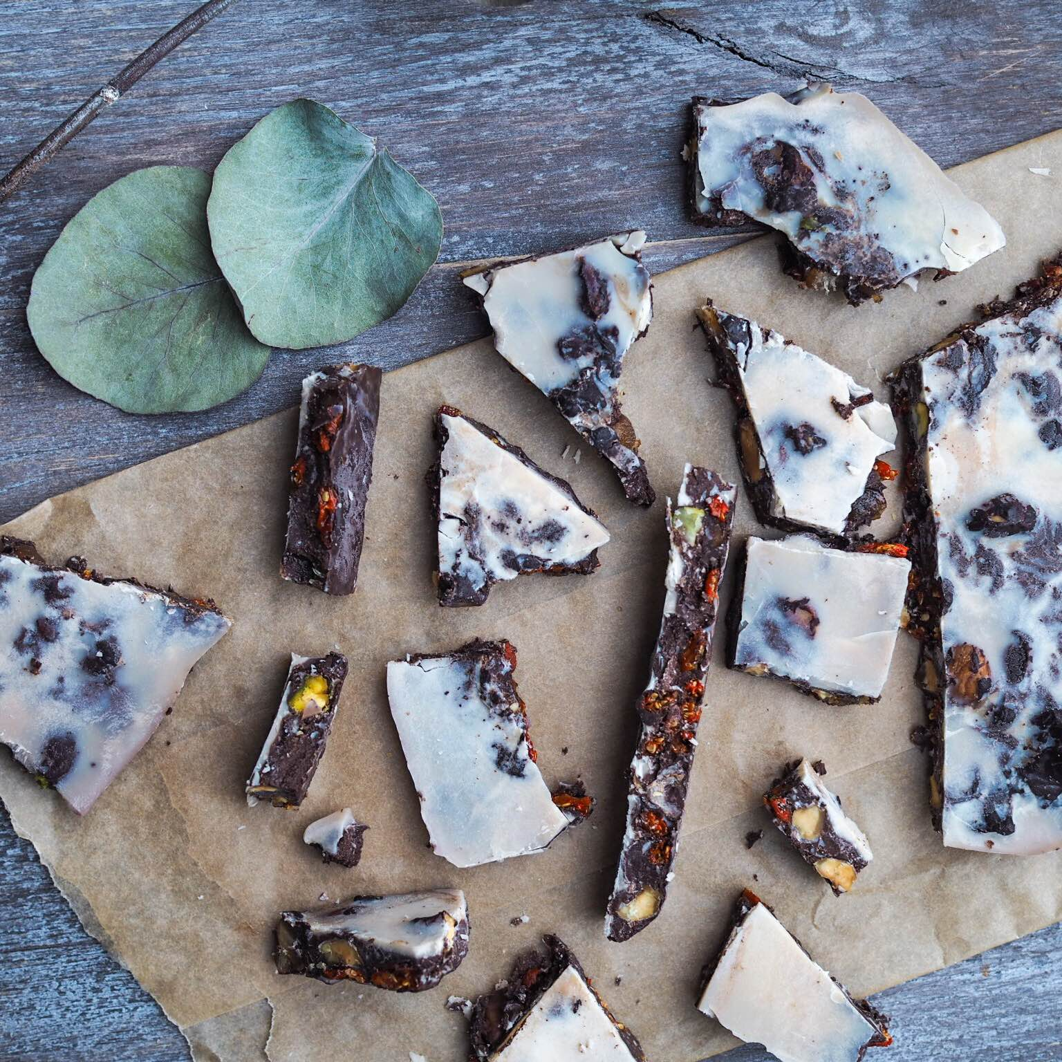Sund chokoladebrud med fyld; gojibær, nødder og dadler. Lavet på kokosmælk og uden sukker. (Kakaosmør)