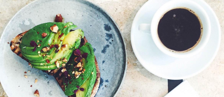 Kaffe, avokadomad på café i Århus
