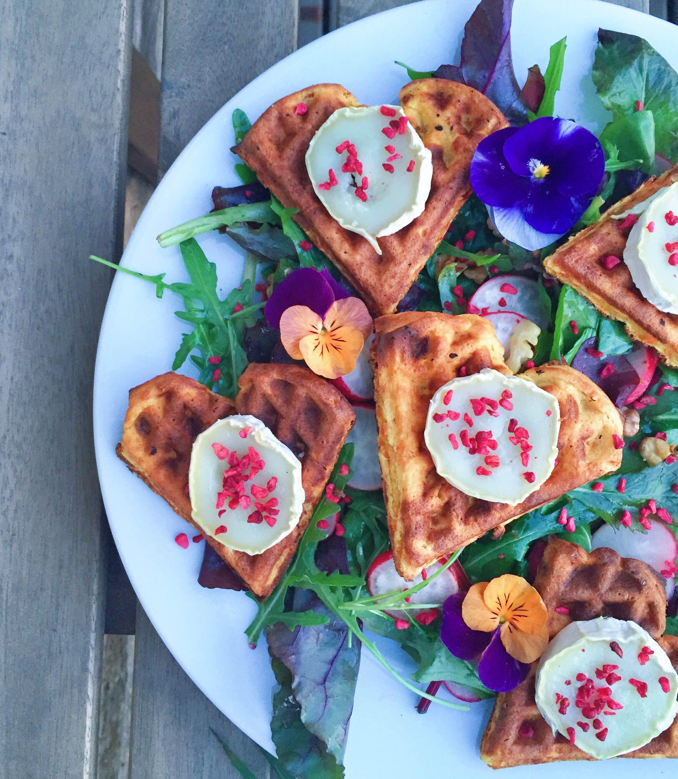 Sunde vafler til aftensmad på en gedeostsalat i stedet for brød. Med ruccola frysetørrede hindbær og balsamico