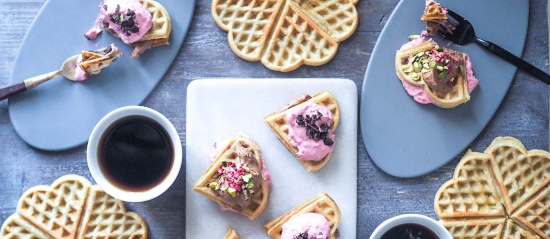 hjemmelavede fastelavnsboller med hindbærskum og creme af saltkaramel og med chokolade. Serveret med kaffe til den perfekte dag i februar