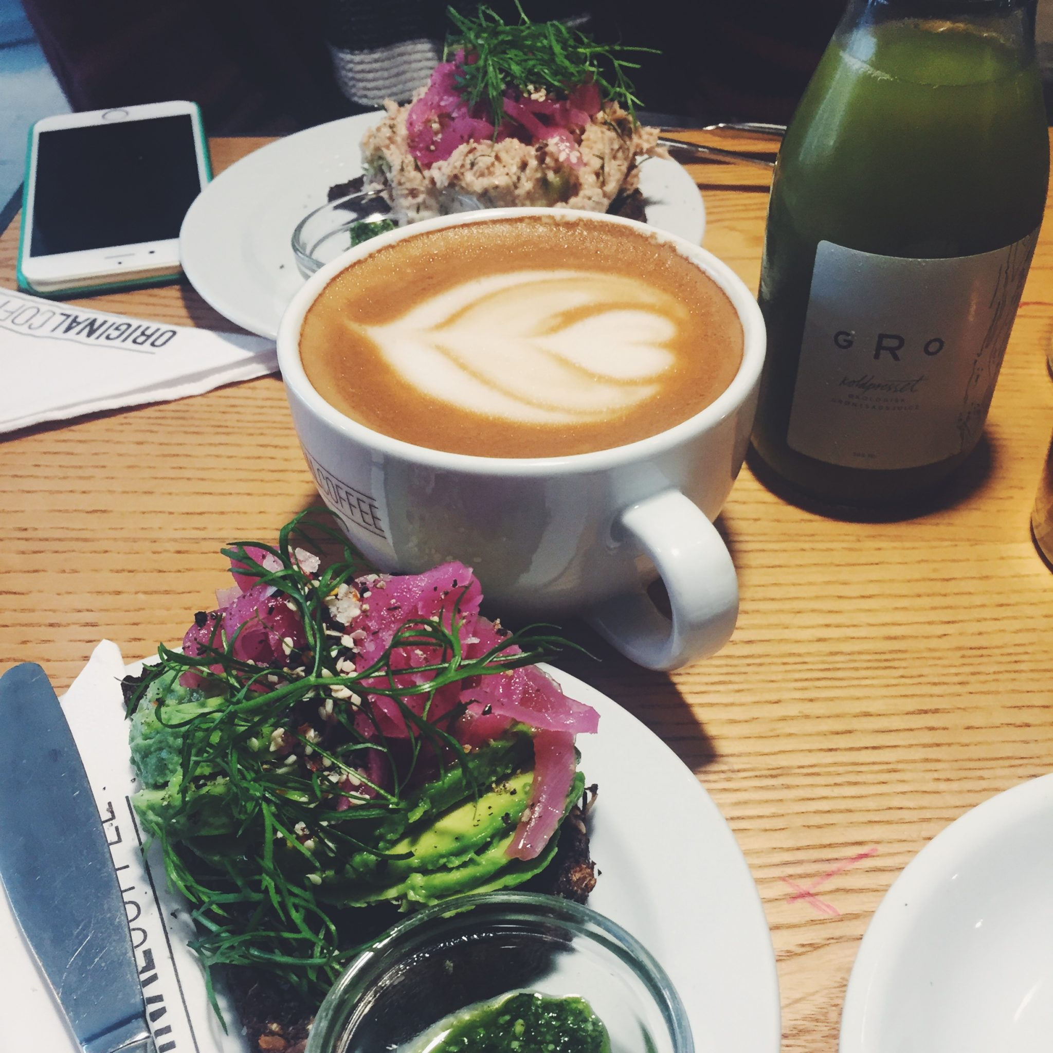Avokadomad med syltede rødløg og kaffe med havremælk og latte art
