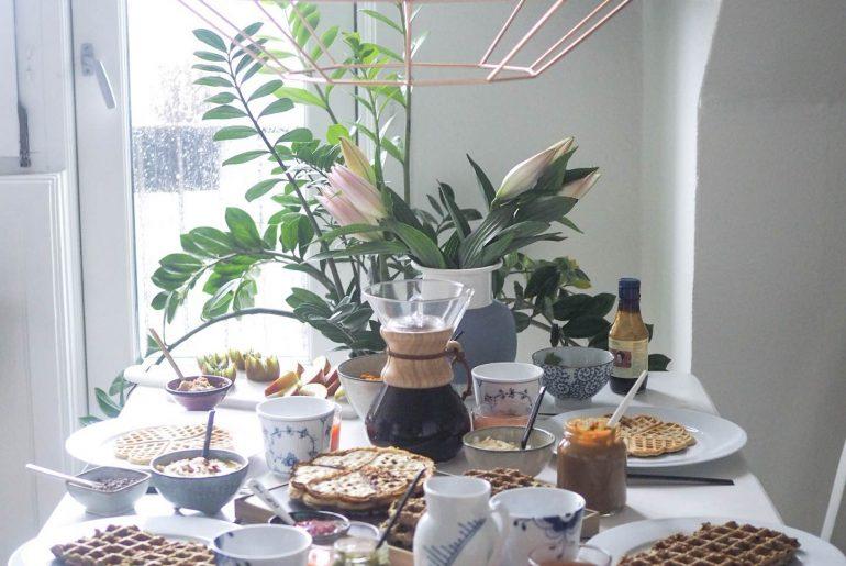 Brunch med vafler, hummus, avokado, ost, hjemmelavet karamel, kaffe og juice