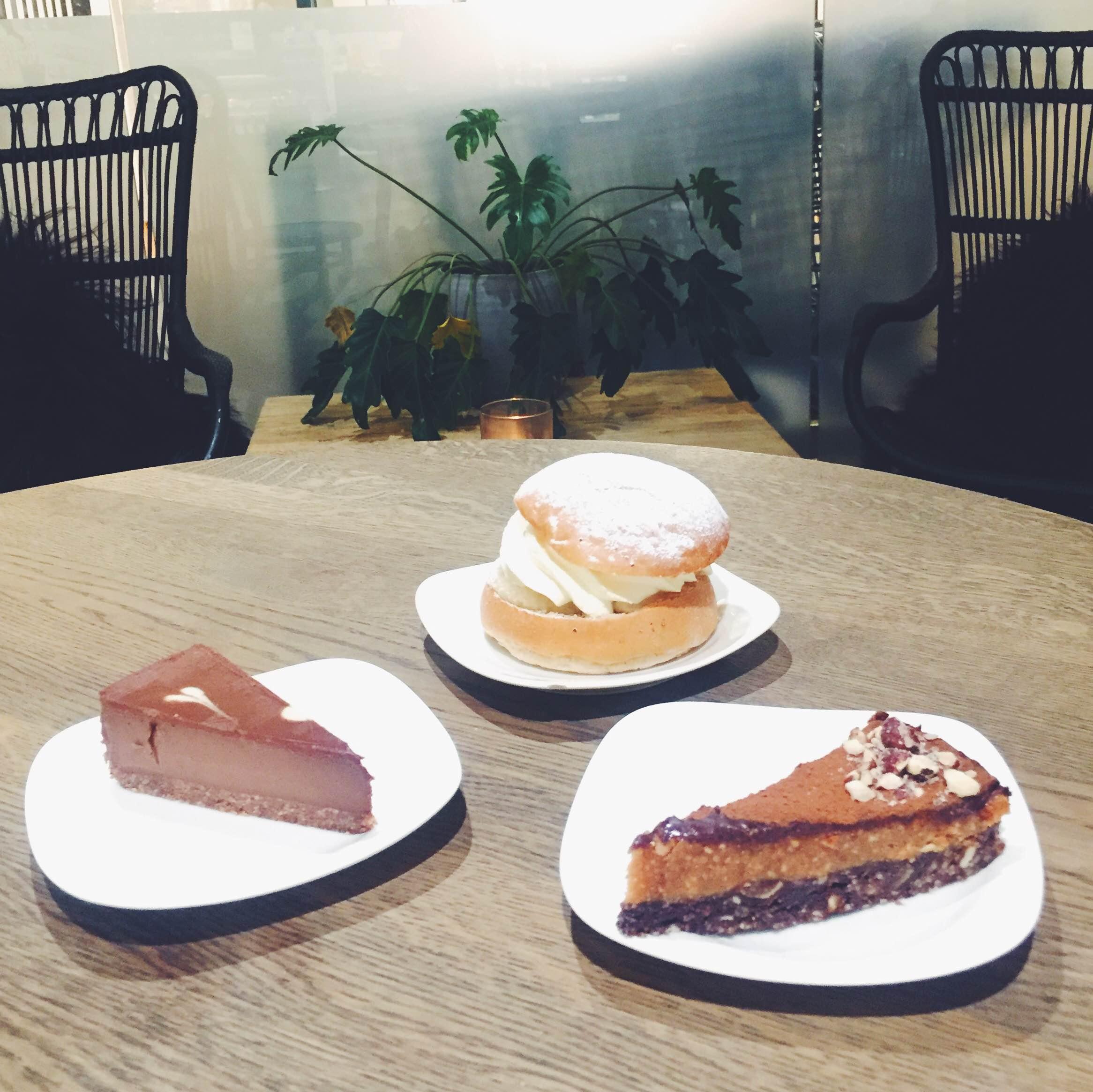 Snickerskage, moccakage, semlor hos Green Matmarknad i Malmø. Raw og med planter i indretning