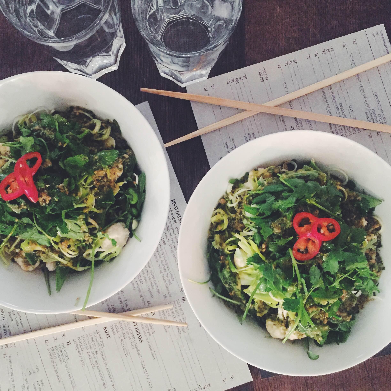 To veganske salater hos District Tonkin i indre København. Masser af chili og koriander på toppen.
