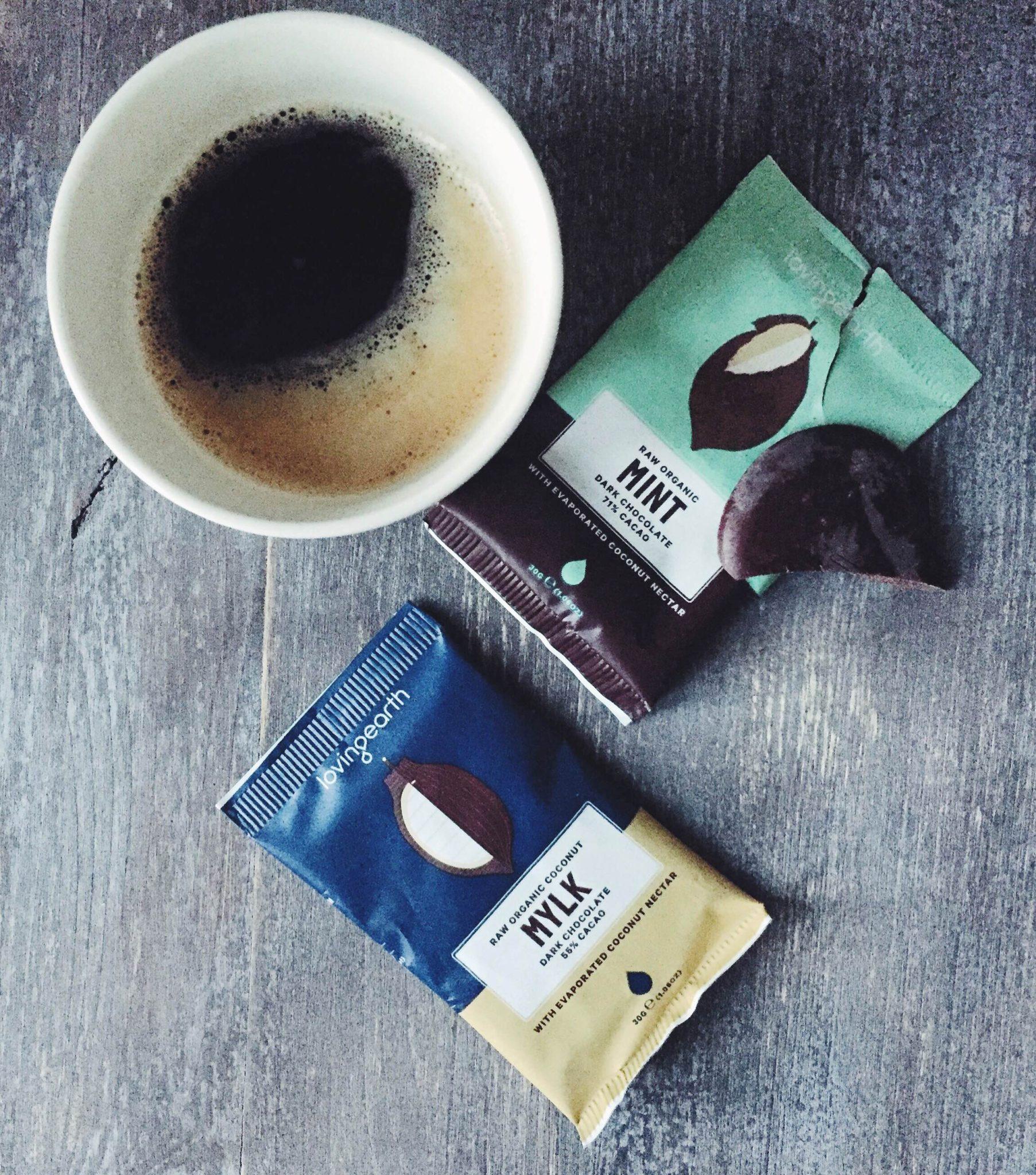 Chokolade fra Loving Earth. Med mælk og mint- Smuk æstetisk indpakning og kaffe.