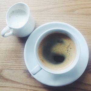 Sort kaffe med mælk ved siden af