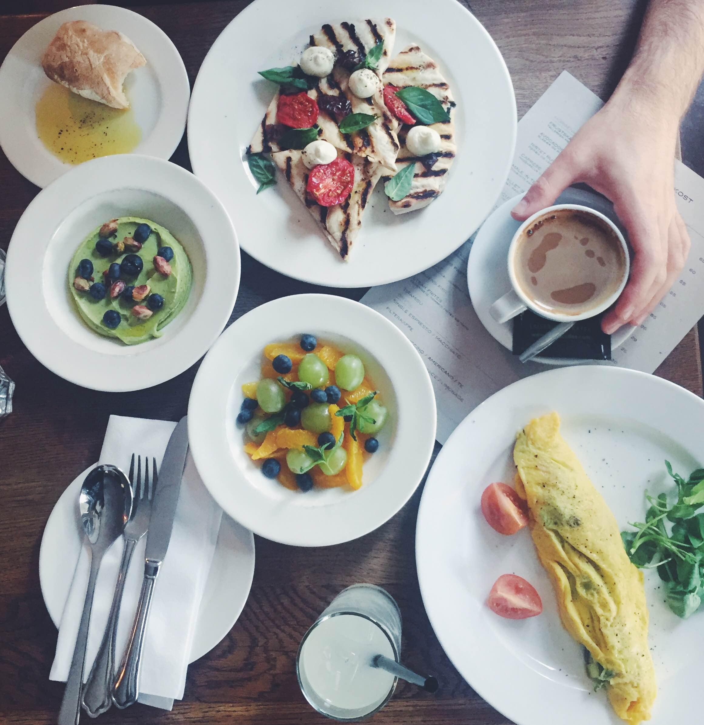 Morgenmad på Østerbro. Avokado-skyr, kaffe, pizza og frisk frugt