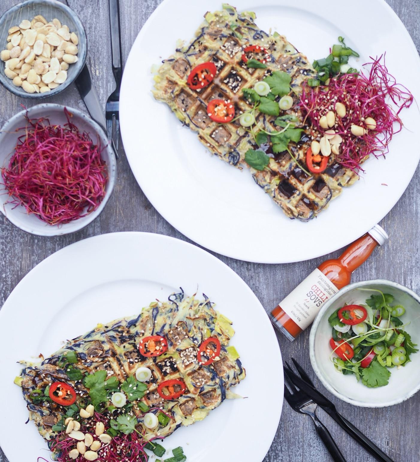 To tallerkner med okonomiyaki oppefra. Forskelligt tilbehør fra det japanske køkken