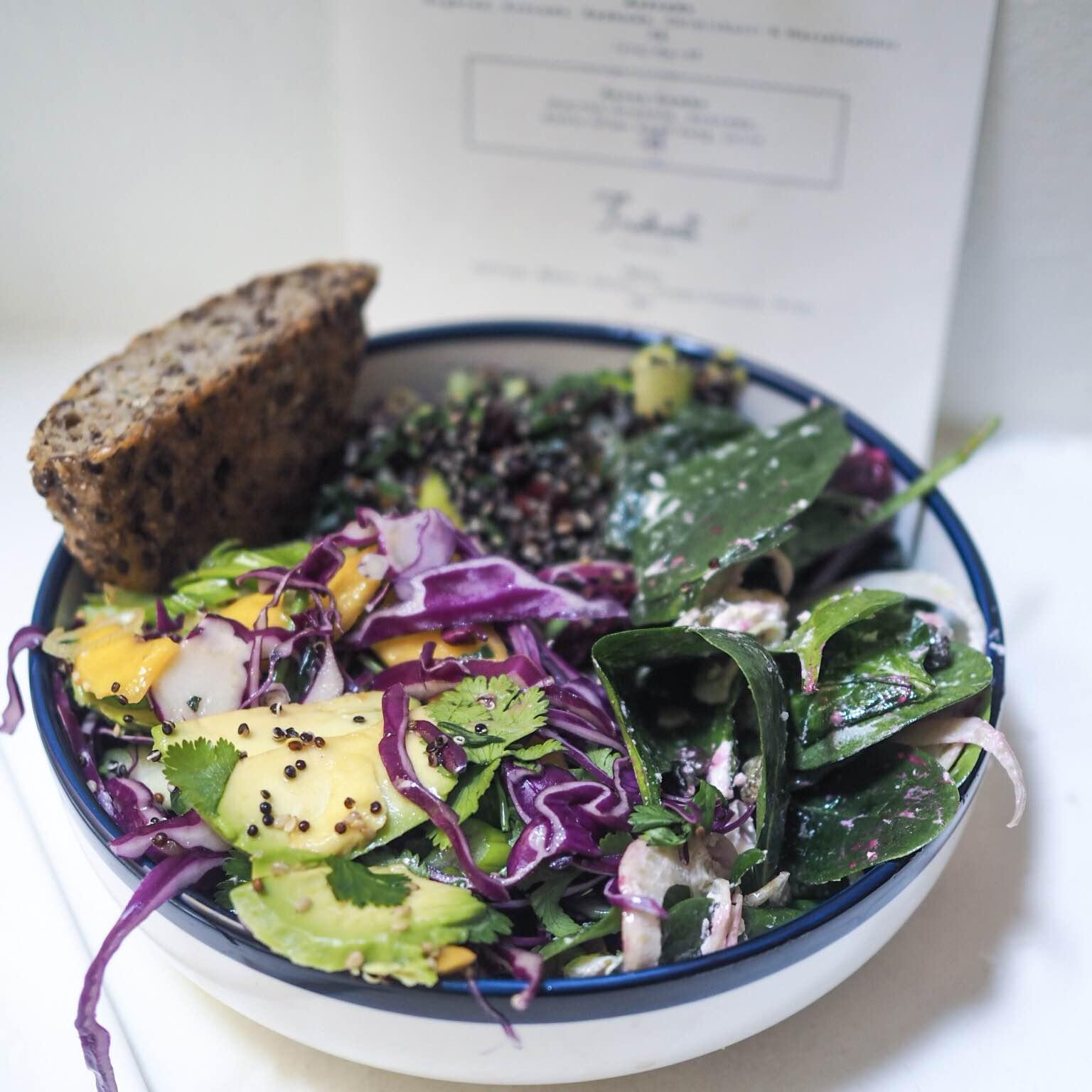 Menukortet hos Sonny i København, salat med avokado, rødkål, gedeost, kål, forårsløg og lækker rugbrød / kernebolle