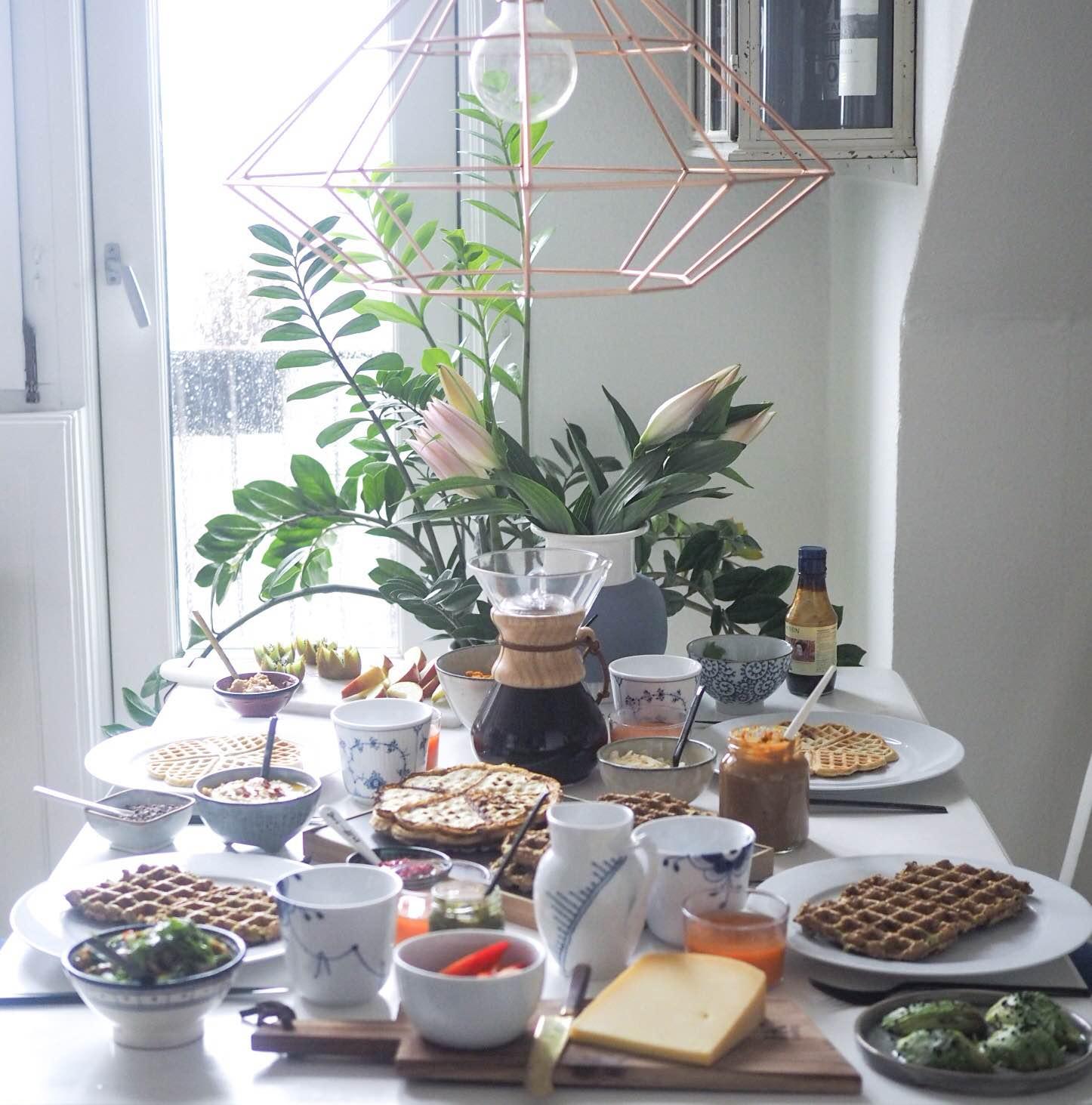 Brunchbord med det hele i weekenden; vafler, kaffe, hjemmelavet karamel, hummus og avokado