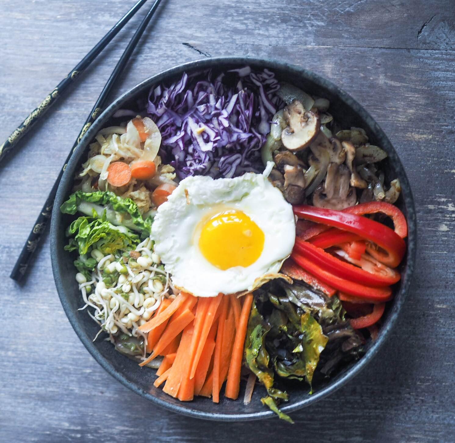 Vegetarisk bibimbap med kimchi og lokale danske råvarer