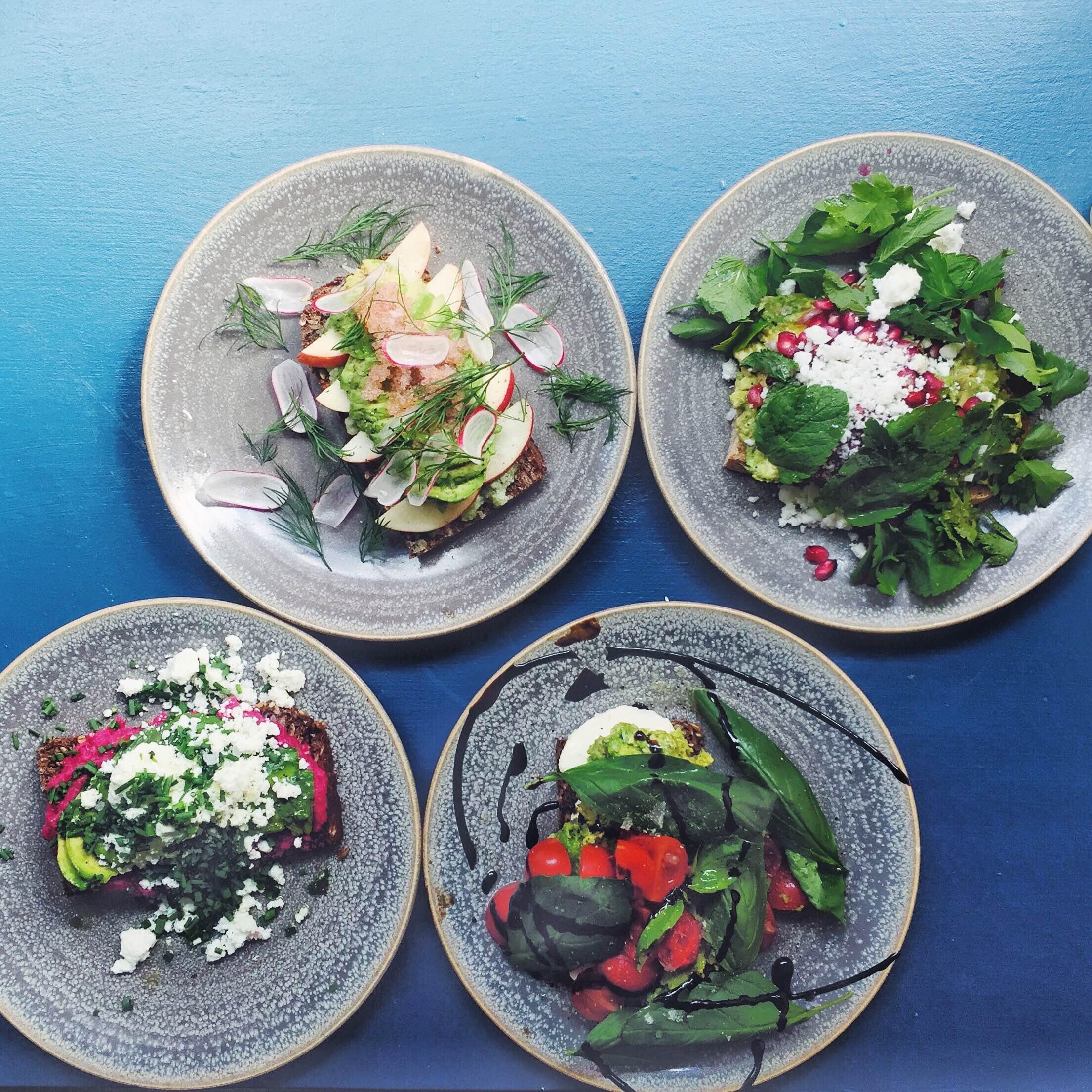 Fire forskellige avokadomadder; gedeost, mozzarella, Rødbedehummus, stenbidderogn