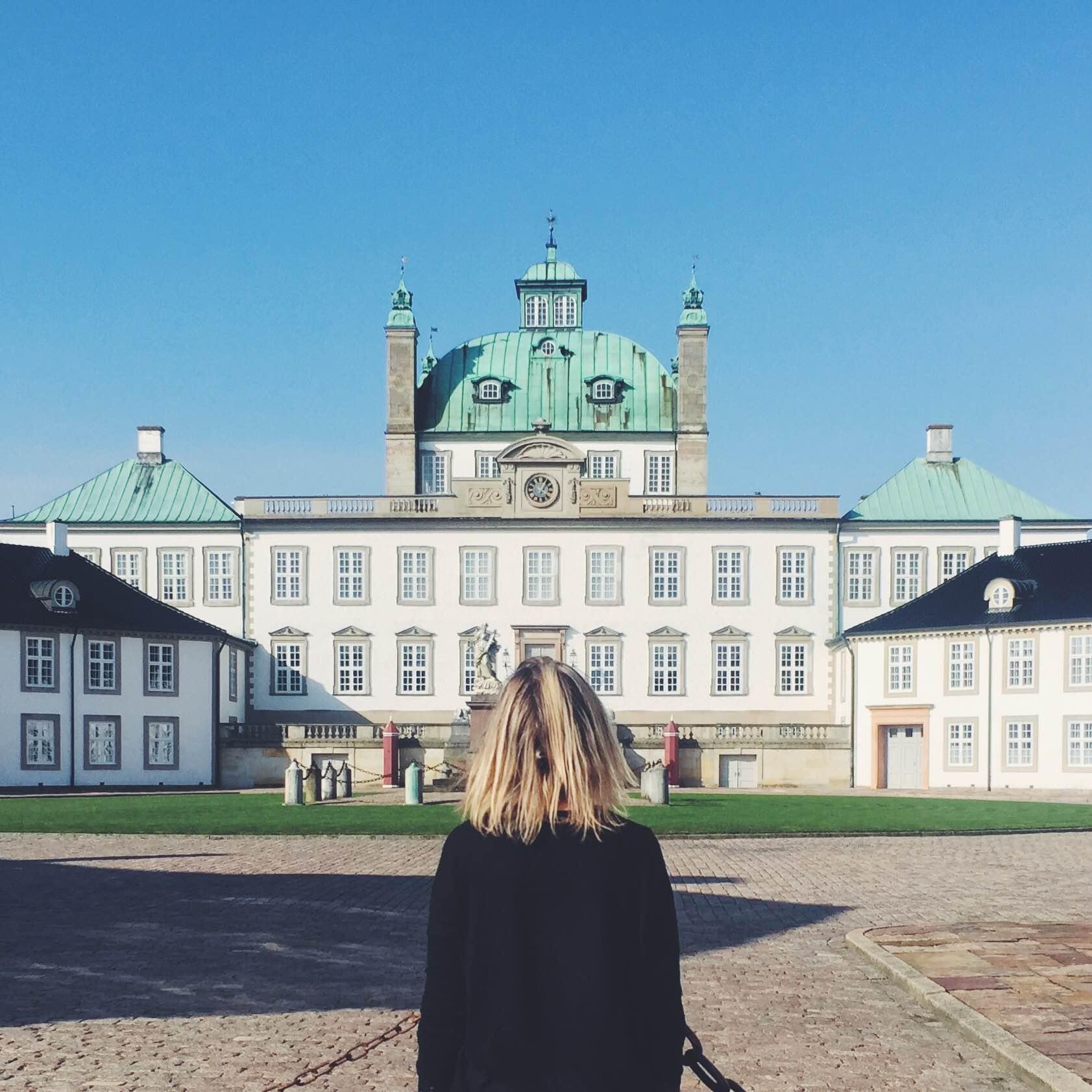 Stort hvidt slot i Fredensborg, Nordsjælland, Danmark.