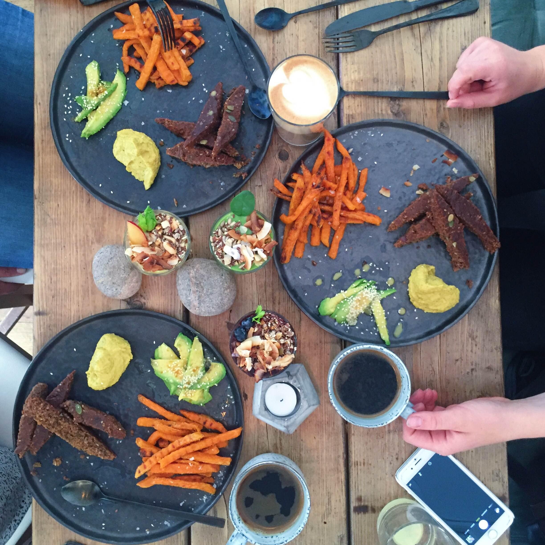 Hope brunch i København. Vegansk mad med søde kartofler, hummus, avokado og hjemmelavet brød og kaffe