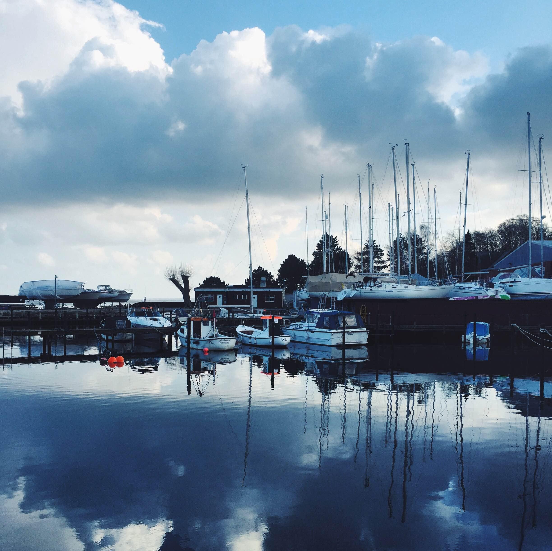 Skibe og blå himmel i Humlebæk Havn
