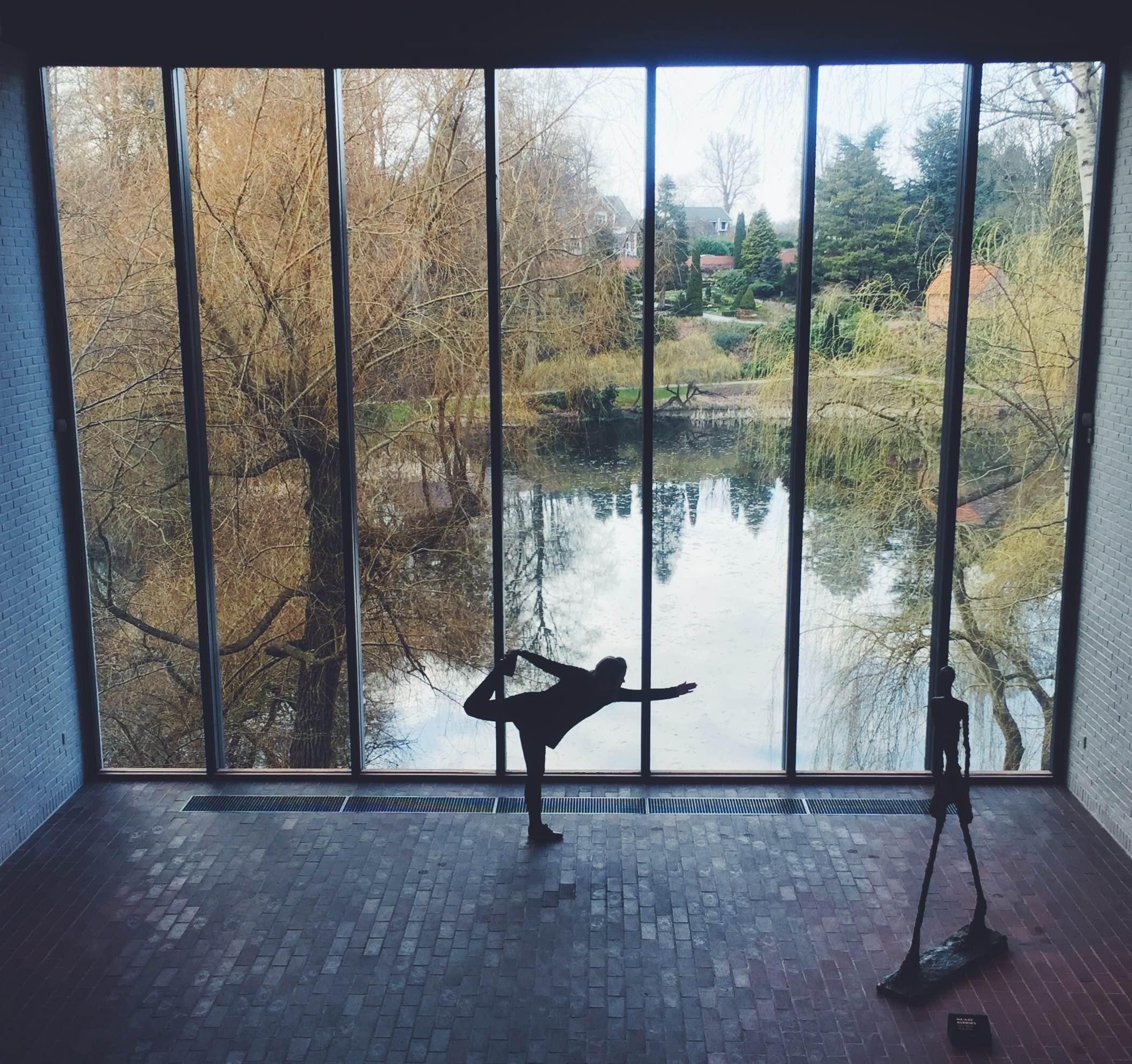 Giacometti-salen på Louisiana i Humlebæk og yoga-øvelse