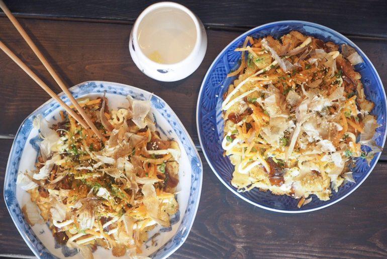Hvad er okonomiyaki? Okonomiyaki med kylling og Shiitake hos Kuma på Nørrebro, København. Street food i København