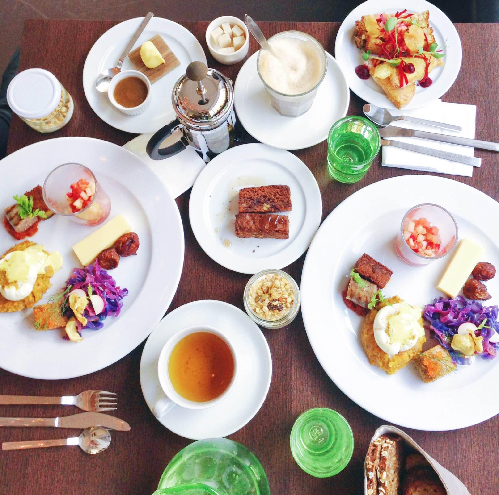 Restaurant BioM weekendbrunch med alverdens farver, brød, kager, kål og æg