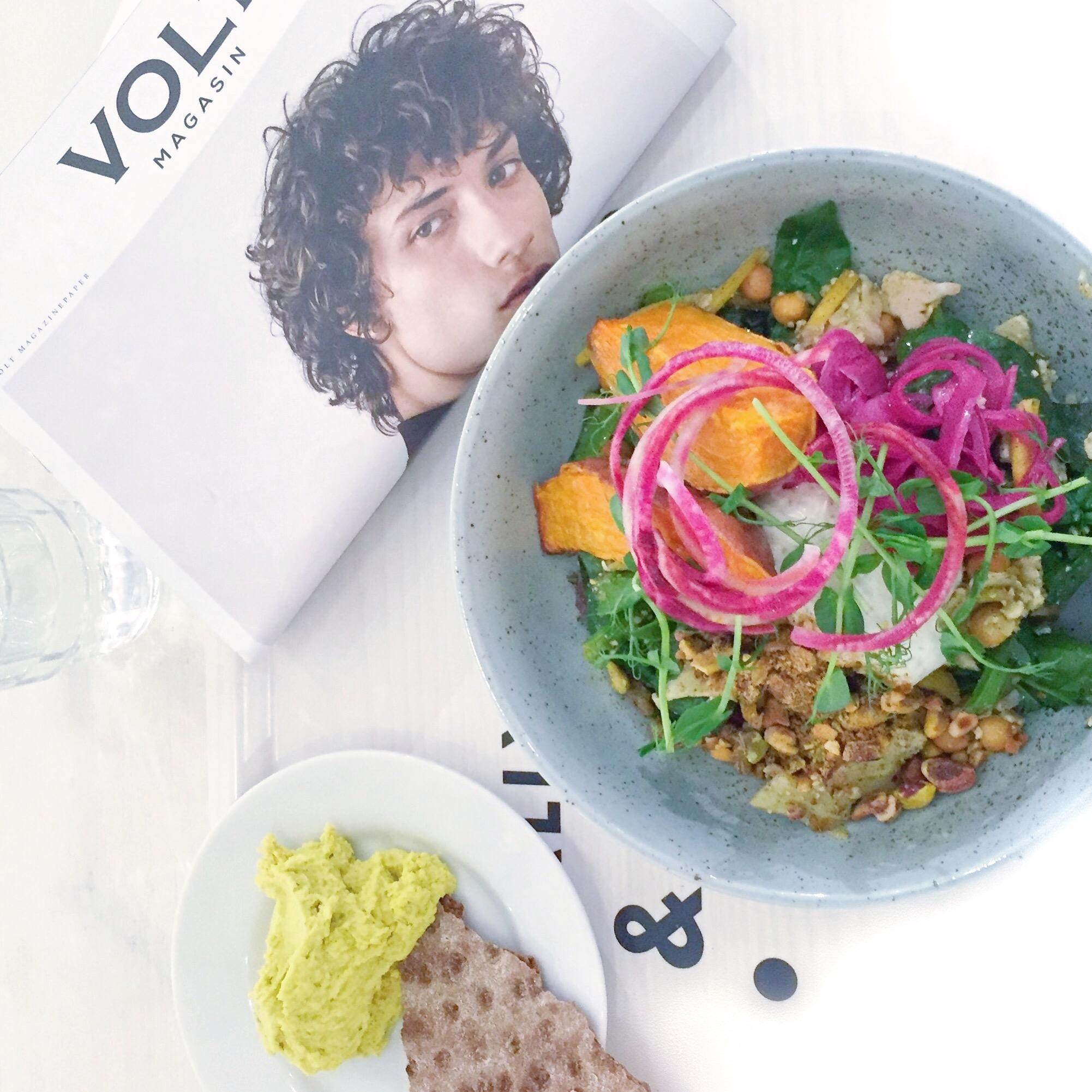 Salat med sweet potato, rødløg, nødder og kikærter. Hummus. Volt magasin