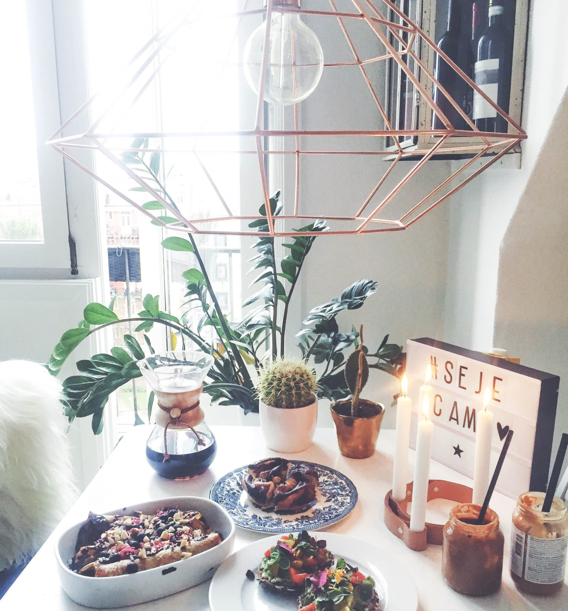 Fødselsdag. Morgenmad med sunde pandekager, avokadomad, kaffe, gurkemeje og ingefær shots, chemex kaffe, juice, peanutbutter og grønne planter