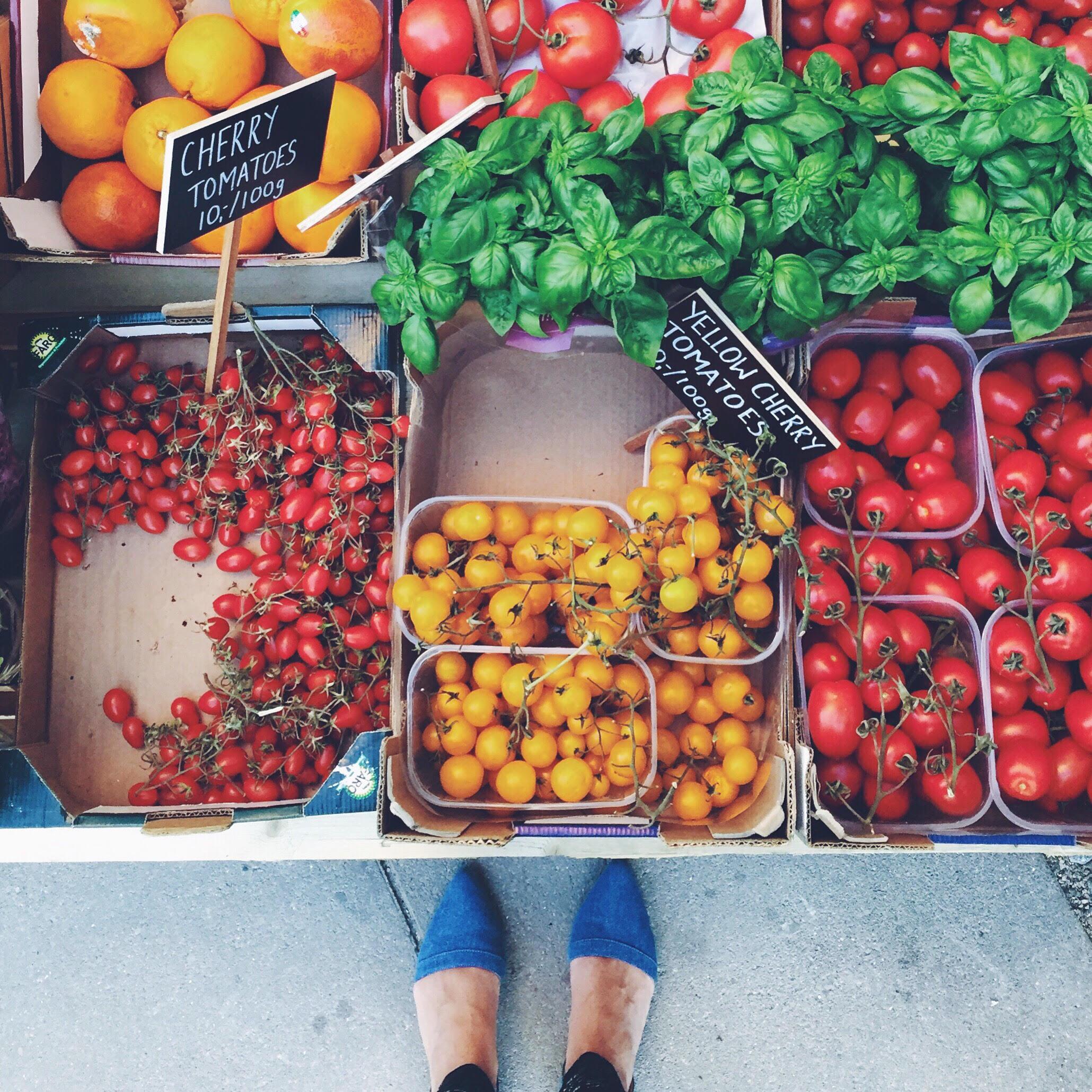 Danske råvarer; tomater i flere farver og frisk basilikum