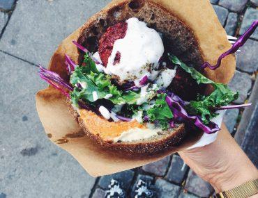 Pita falafel sandwich med rødbede og ingefær falafel, salat, hummus og dressing fra Falafel House, Nørrebro. Mad på farten i København