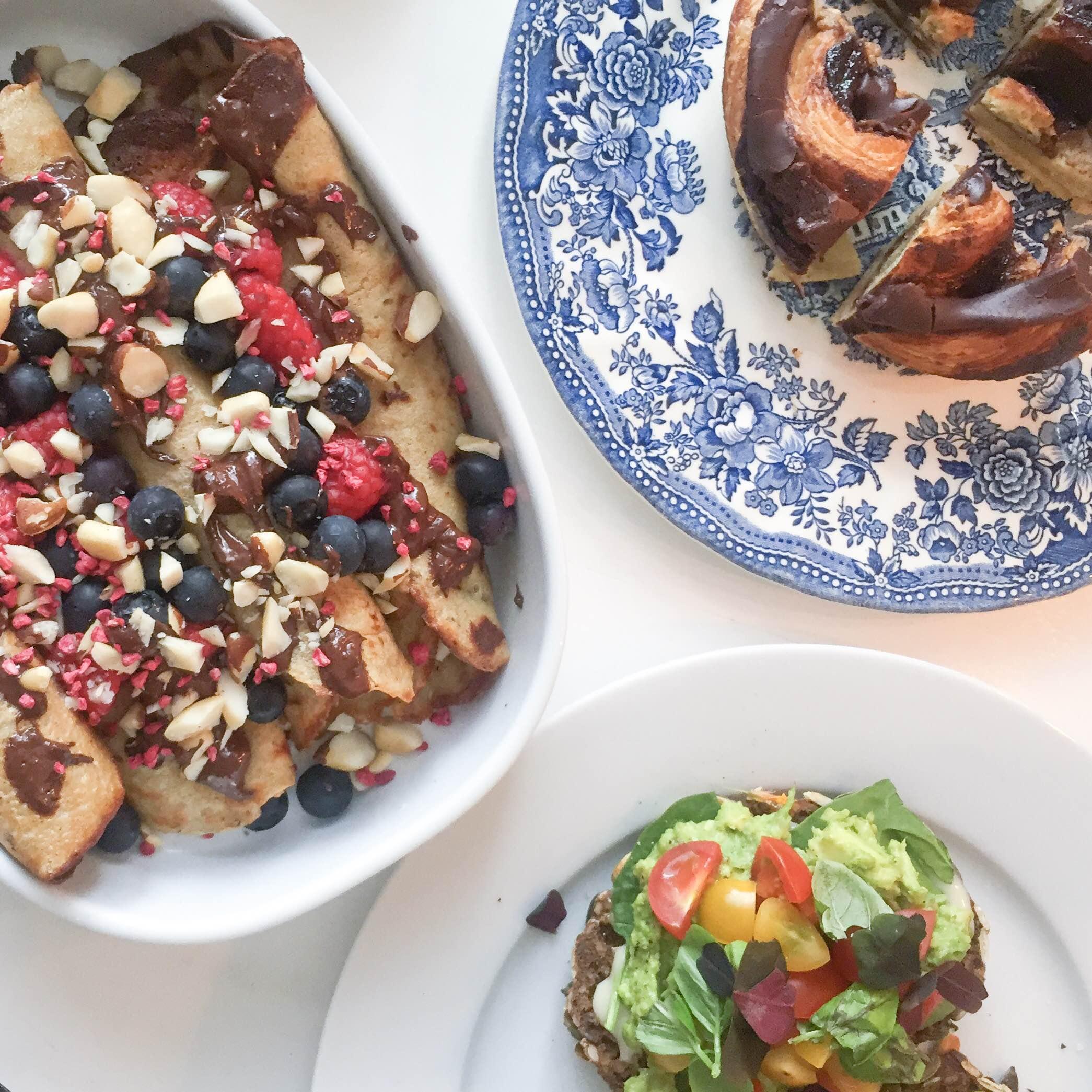 Pandekager med chokolade, bær og nødder, avokado på rugbrødsbolle og kanelsnegl