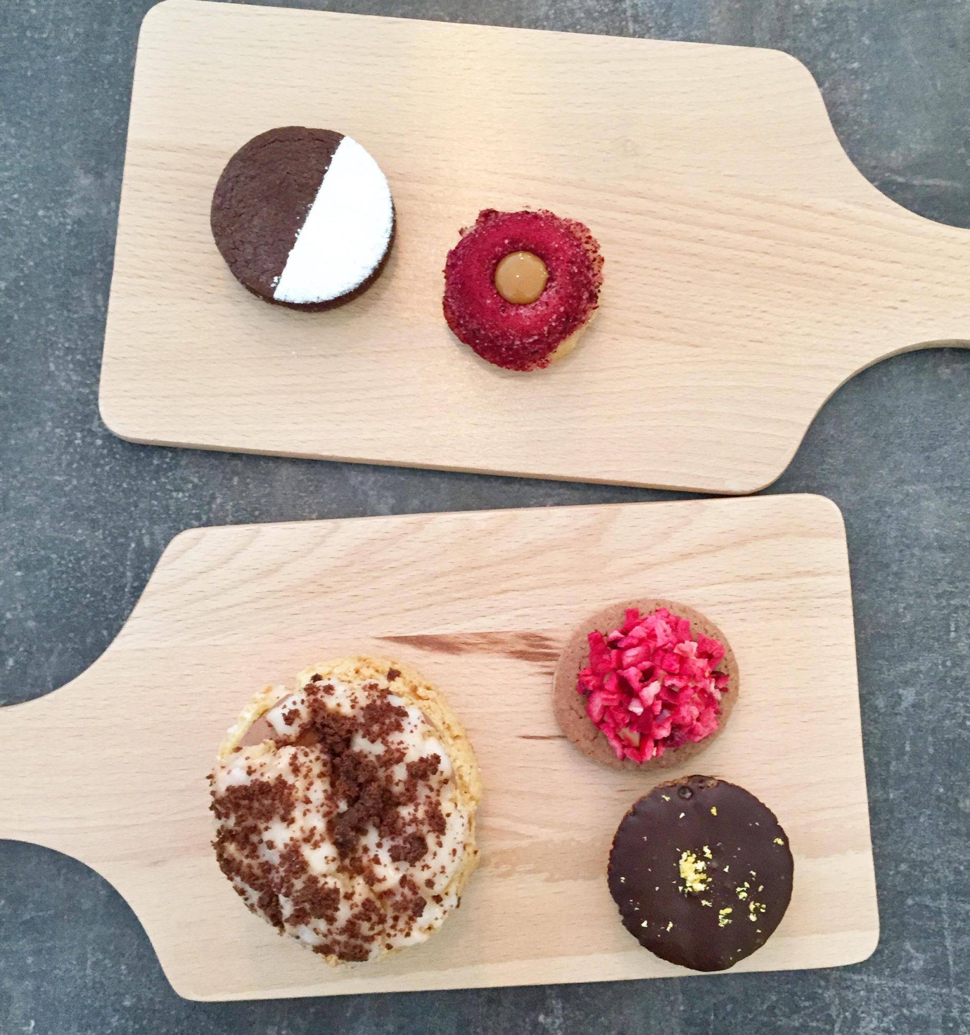 Småkager af de traditionelle kager som hindbærsnitte, citronmåne og cream puff fra Leckerbaer, Østerbro