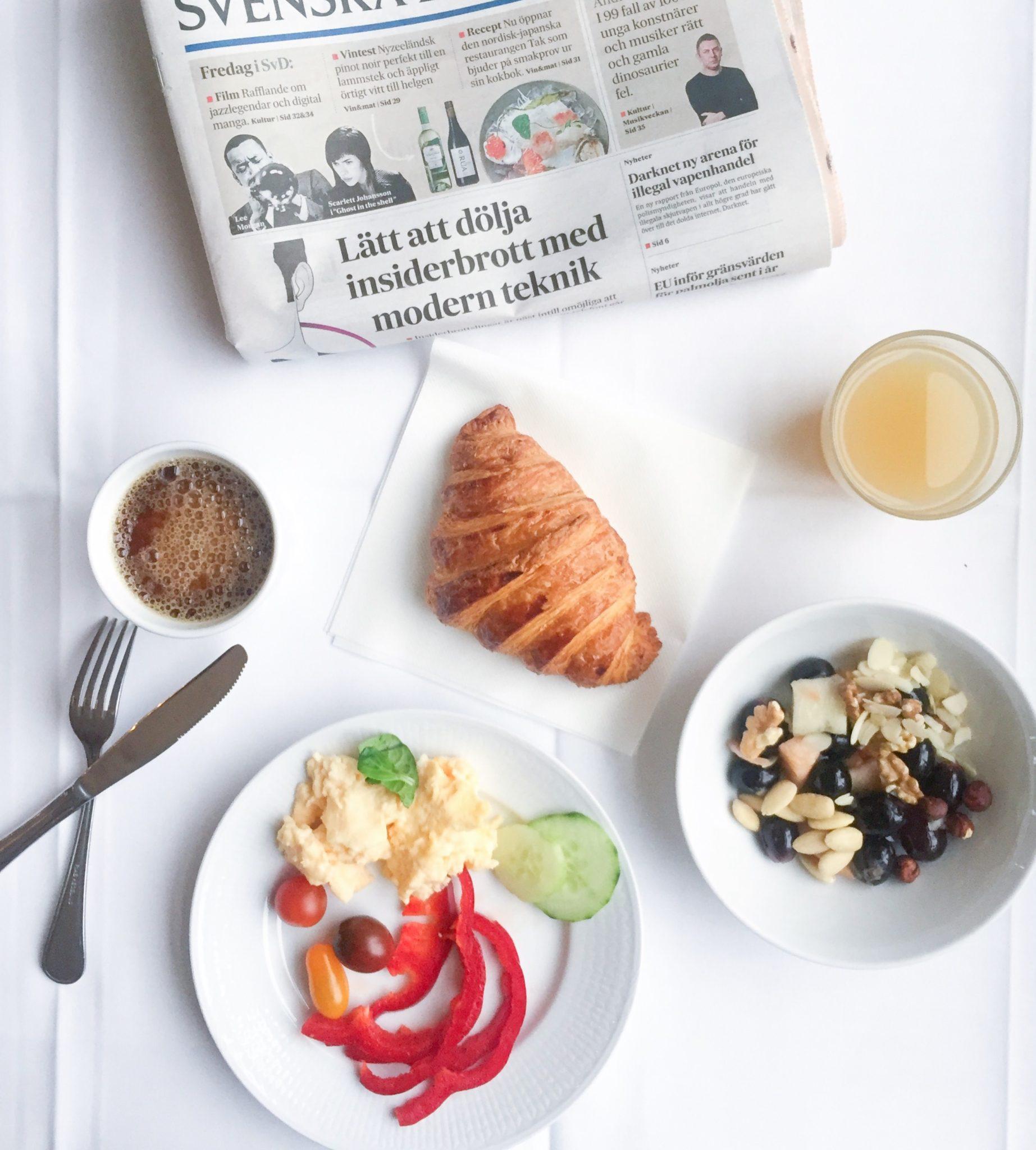 Morgenmad / frukost på Grand Hotel Saltsjöbaden med croissant, kaffe, juice og vegetariske lækkerier.
