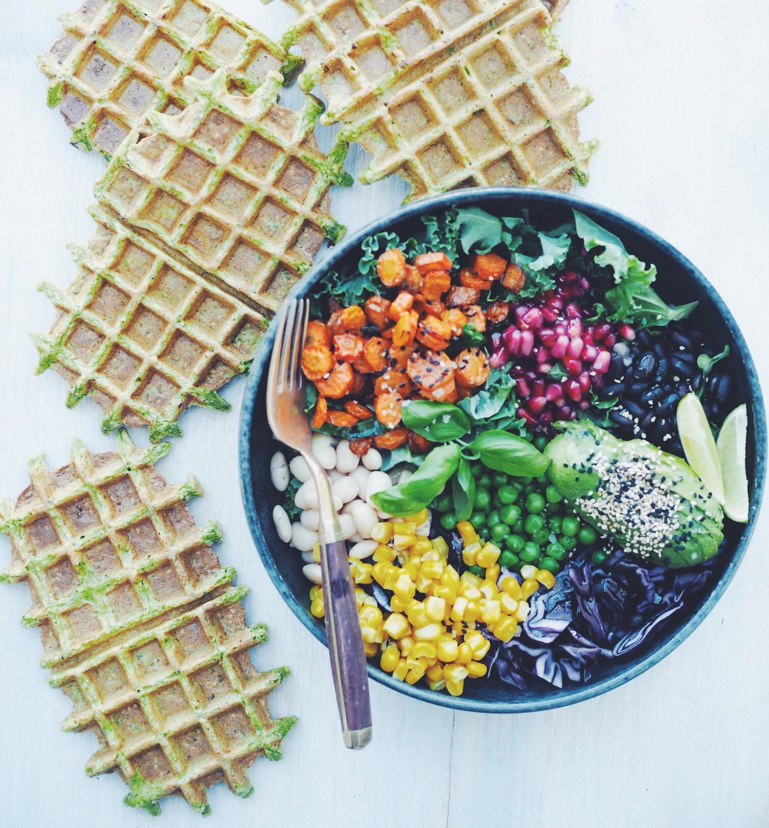 Regnbue Bowl med gulerødder, majs, sorte bønner, kål, basilikum, avokado og lime