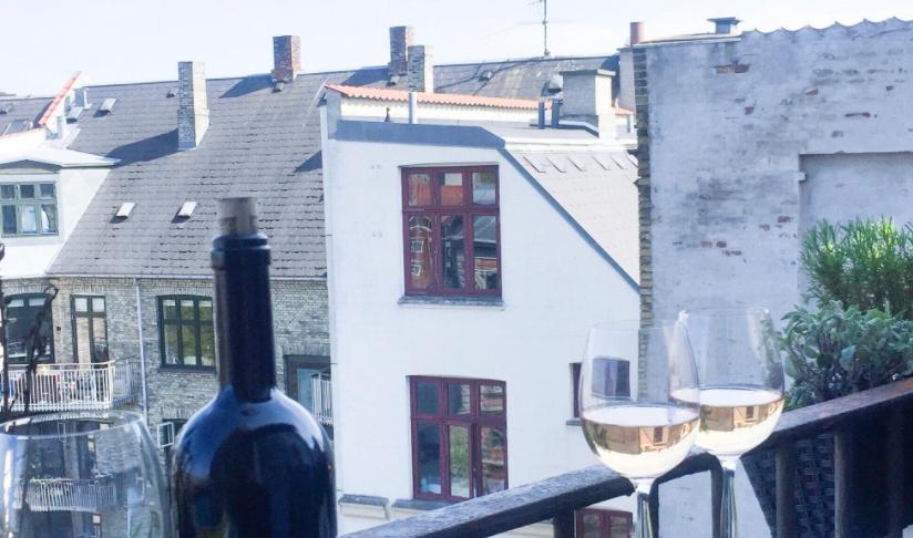 Altanprojekt på Østerbro med vin og udsigt over hele østerbro. Sejeste løsning til en meget lille altan. Altanmøbler, altan indretning
