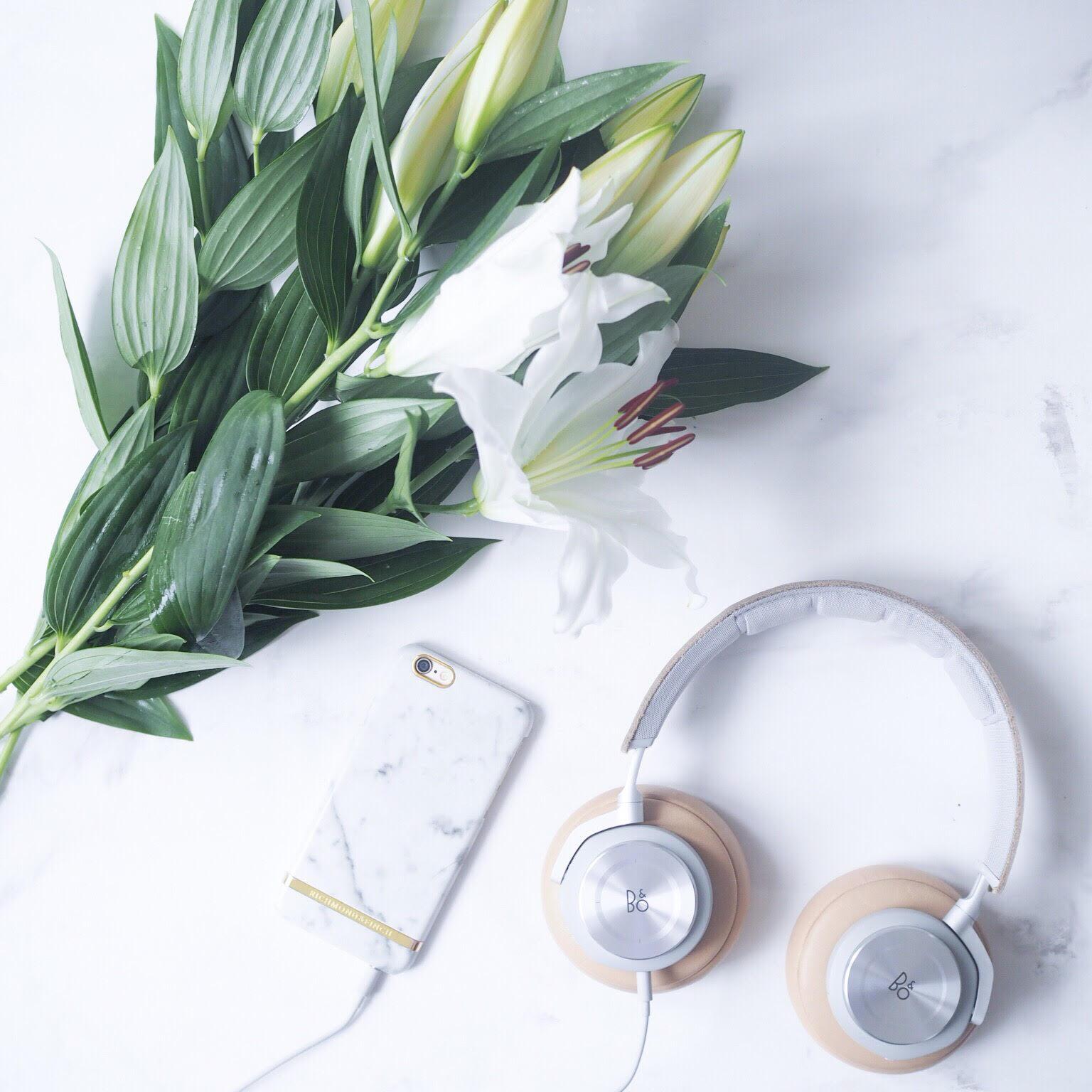 Bang og olufsen - beoplay højtalere i hvid og sølv. Podcast lytning