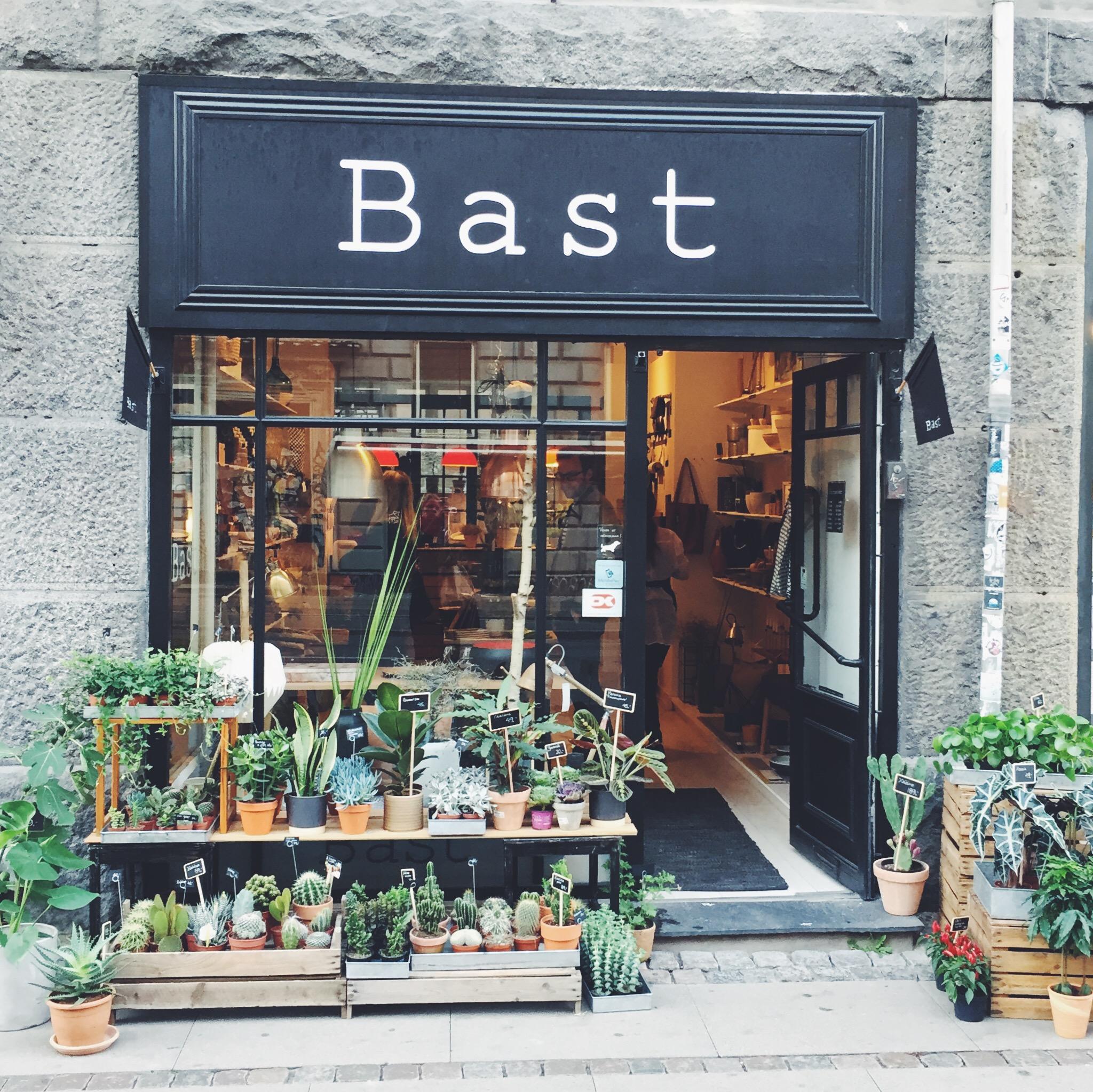 Butik Bast på Nørrebro. Interiørbutik med blomster og planter på Nørrebrogade. Dansk design og pynteting. Danish design