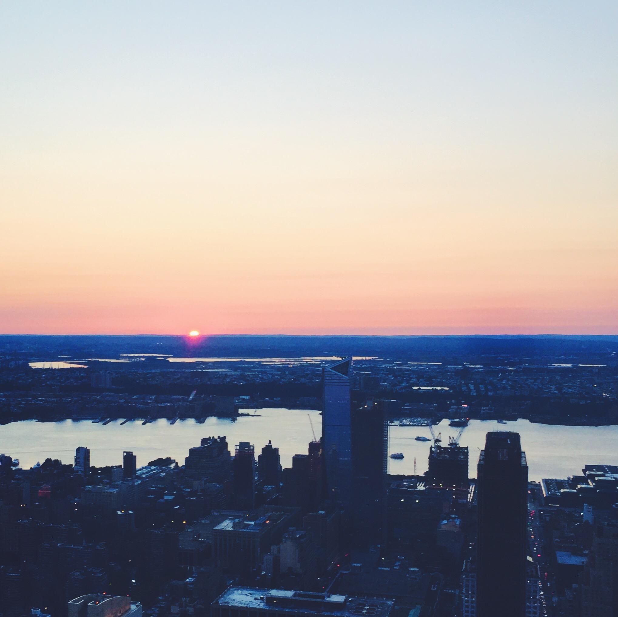 Empire State Building ved solnedgang fra toppen i New York