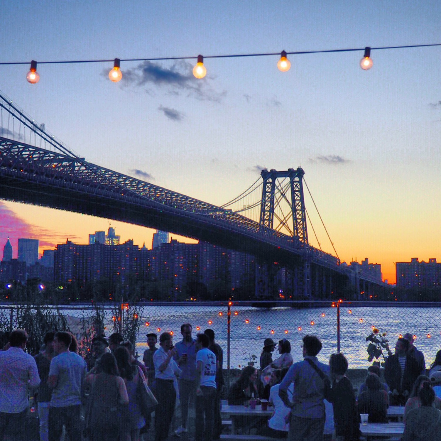 Garden party i Brooklyn ved solnedgang. Sol sommer og glade mennesker ved New York i USA