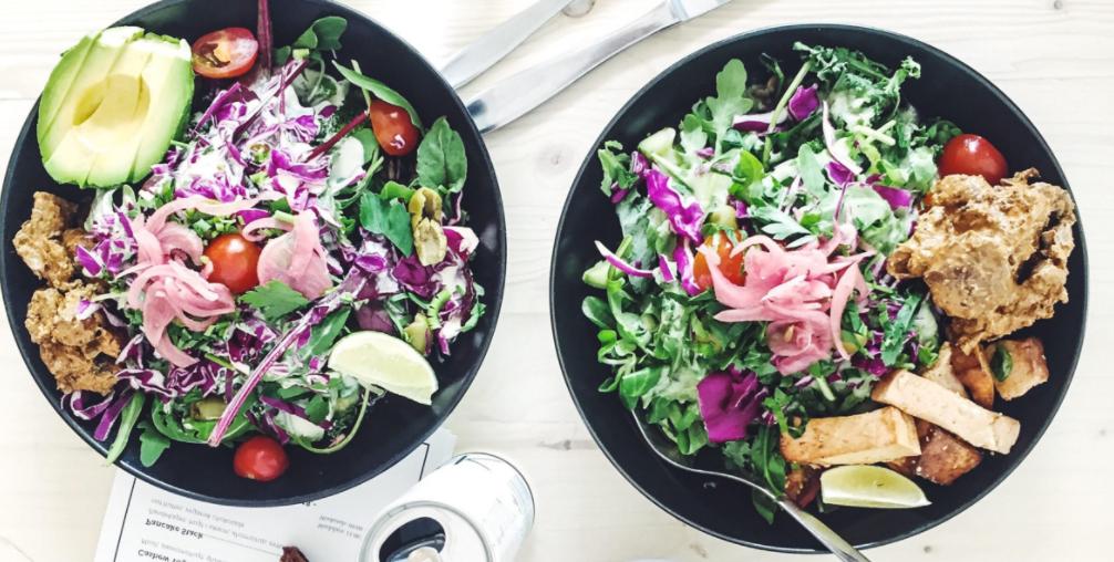 1 salater på Souls i København. Vegansk og vegetarisk til frokost med sød kartoffel, ruccola, broccoli, syltede løg og brød