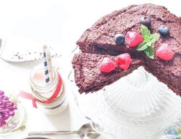 Sukkerfri chokoladekage og drømmekage (den-du-ved-nok) med mælk til og pyntet med blomster. Chokoladekage uden mel og raffineret sukker.
