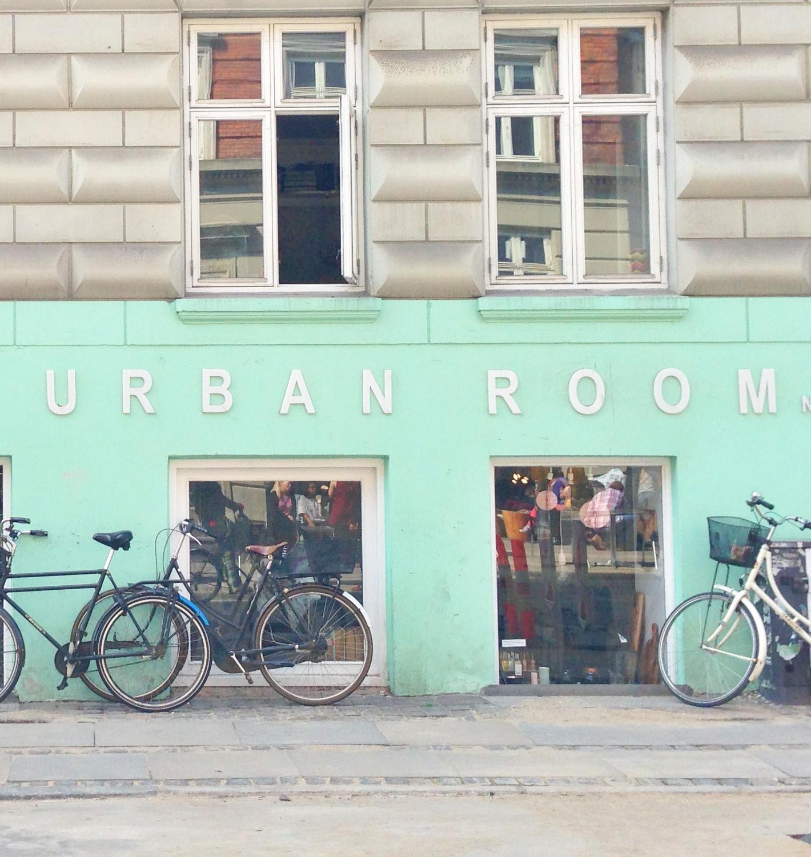 Urban Room No. 11 på Nørrebro. Interiør og shopping på Nørrebro i København. Flot grøn facade og cykler
