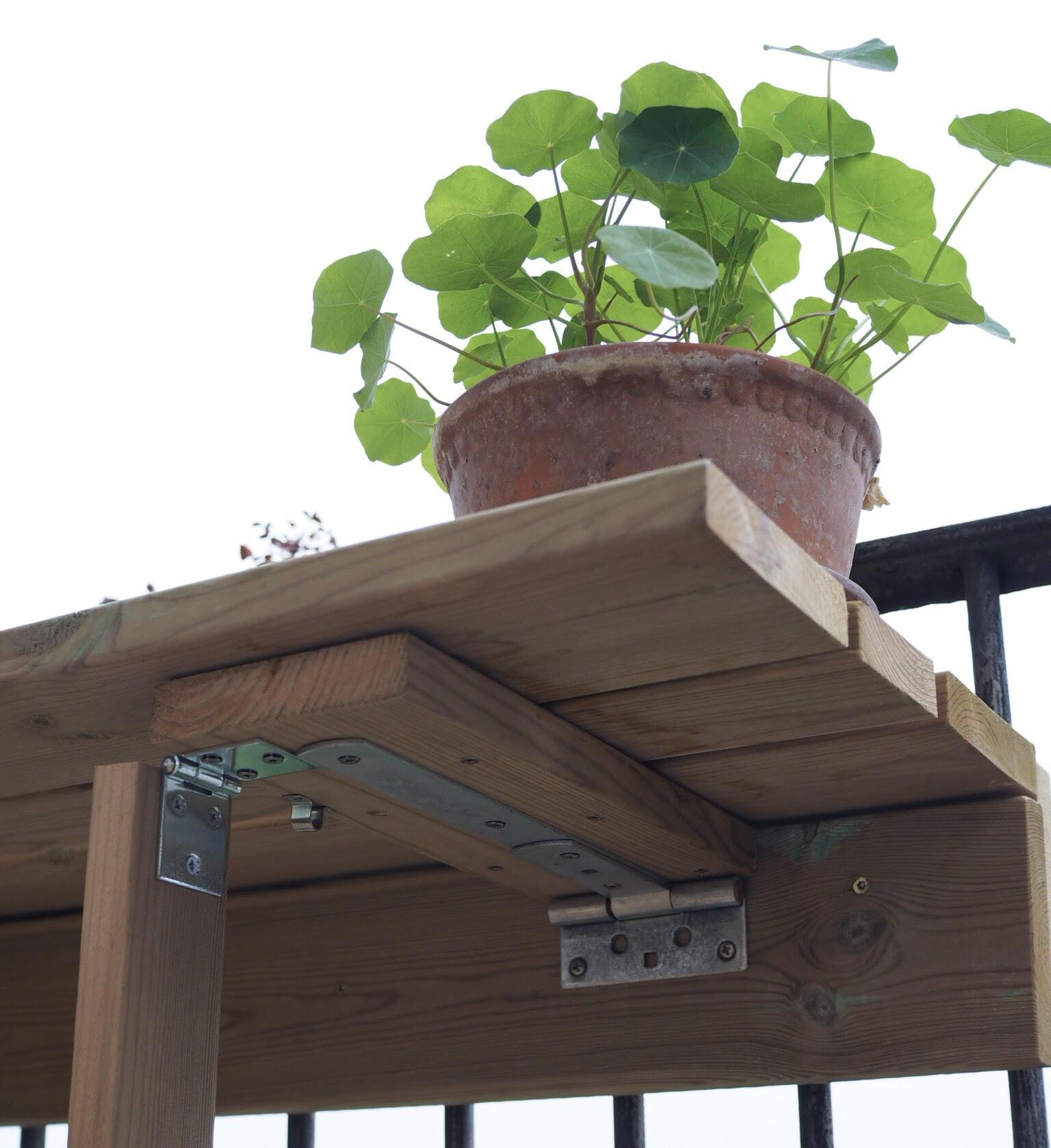 altanbord klap op-funktion til altanen. Med tallerkensmækkere som pynt til maden