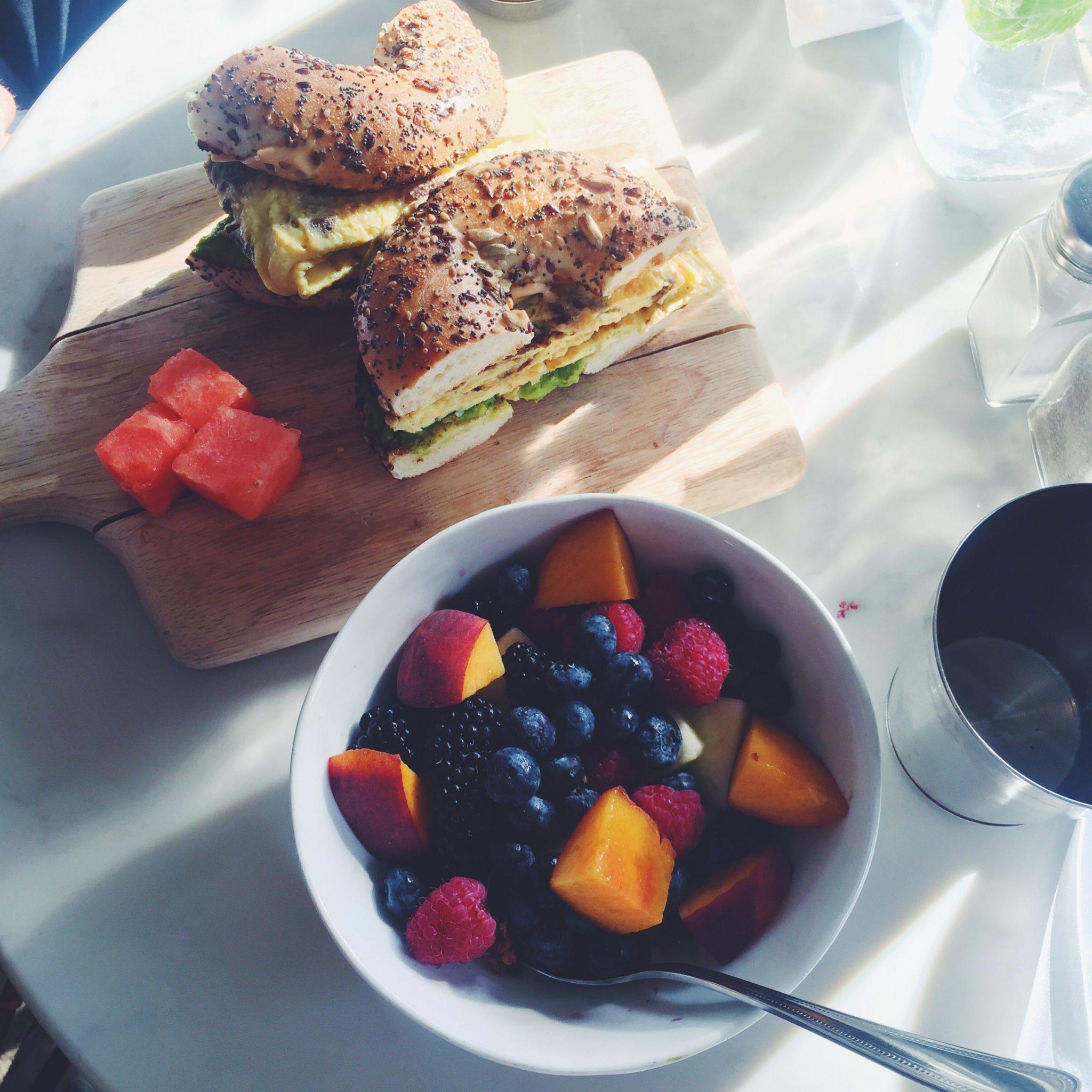 Brunch / morgenmad på The Butcher's Daughter. kokosyoghurt med bær og bagels med fyld