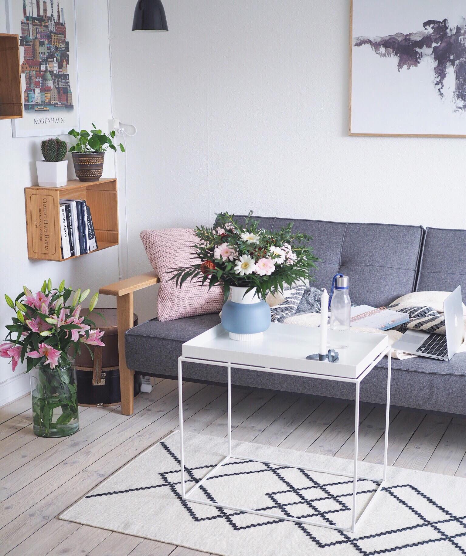 Dansk design og iværksætter. Nordisk stil og indretning med produkter fra Hay, Louise Roe, Moodings.com, Sofa fra Nova Møbler, blomster og planter i indretningen
