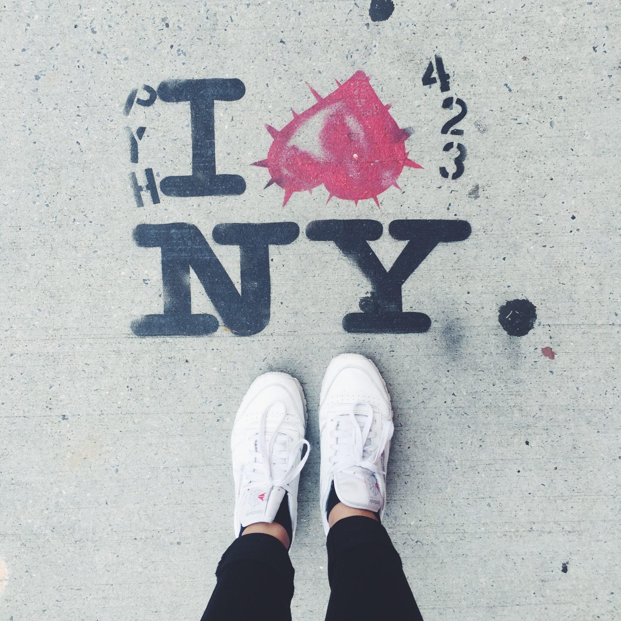 New York billede. Street art og Reebok kondisko. I love NY med hjerte.