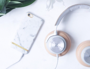 Høretelefoner fra B&O med liljer og mobilt cover fra Rickmond og Finch i marmor