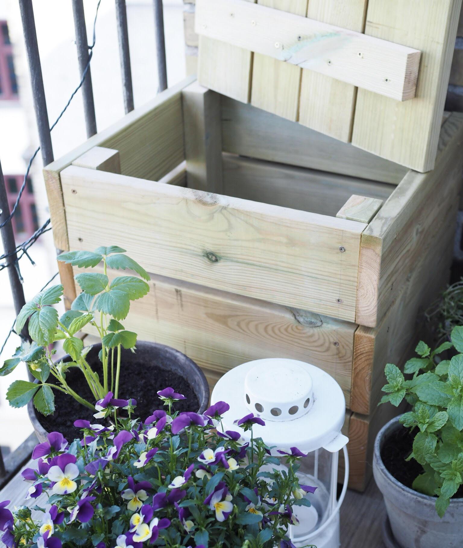 Lille altankasse/bænk til opbevaring og siddeplads