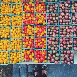 Tomater i tre forskellige farver på marked i New York