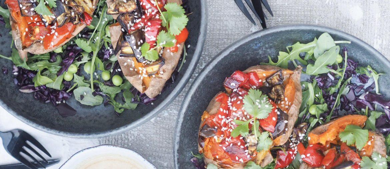 Sød kartoffel bagt i ovnen med fyld af aubergine, peberfrugt og tomat som kaldes ratatouille