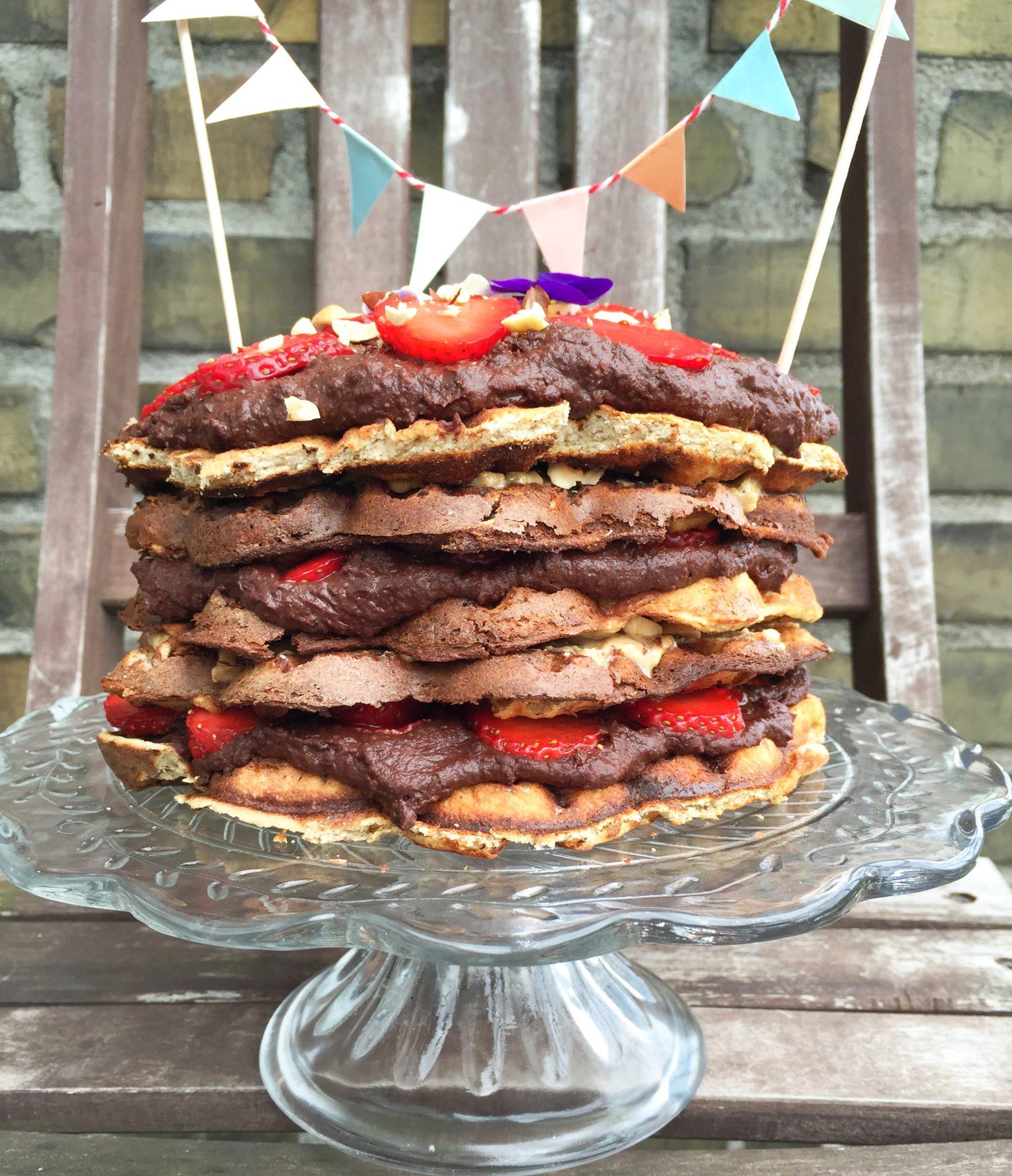 Lagkage med vafler. Glutenfri, sukkerfri og vegetarisk opskrift. Jordbær og hjemmelavet nutella. Fødselsdagskage. Sundere valg