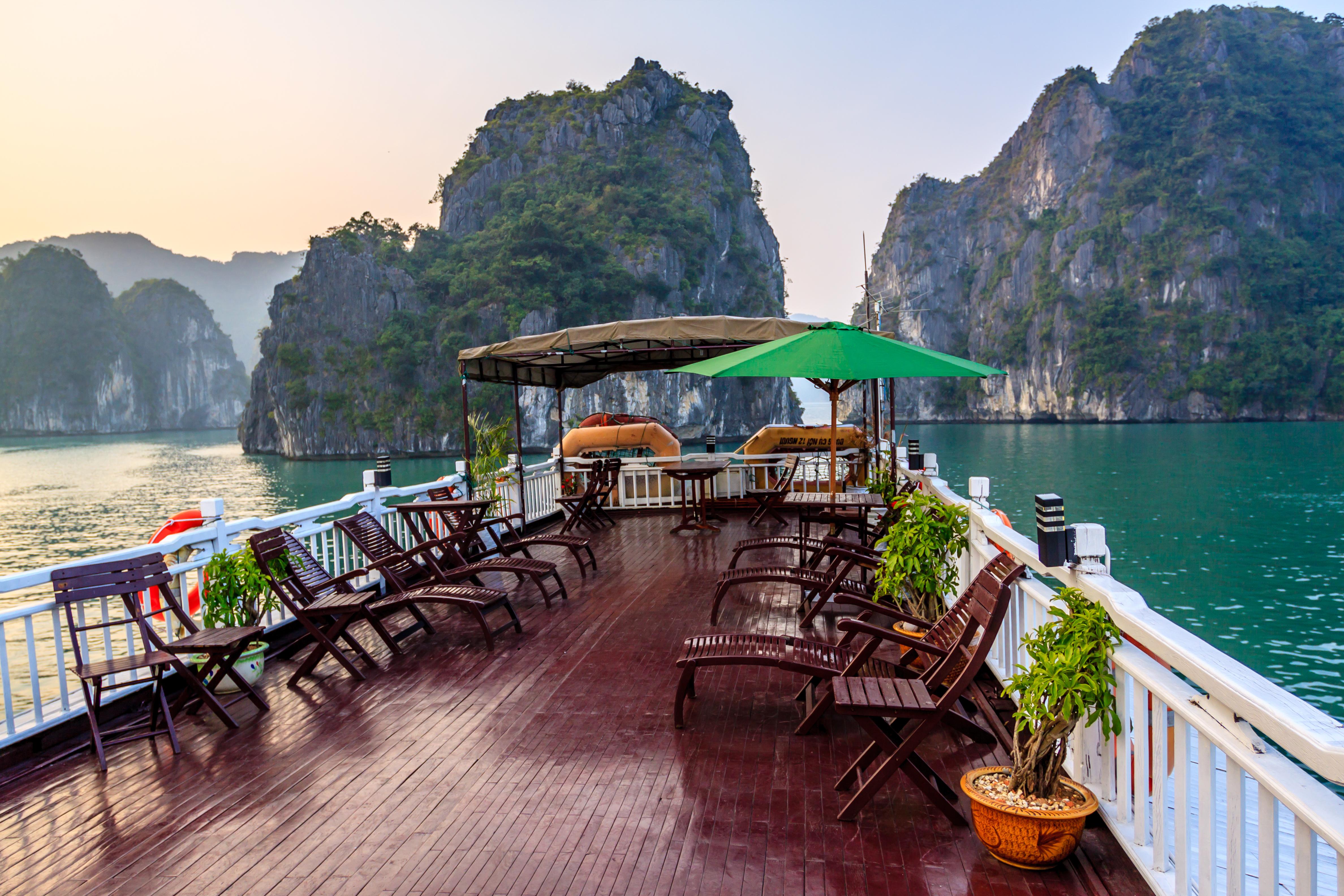Halong junk boat i Vietnam. Perfekt rundtur til Vietnam i sommerferien med Yaneeda.com