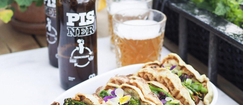 Pisner øl - Danmarks første bæredygtige øl og hotdogs på altanen på en sommeraften i juni