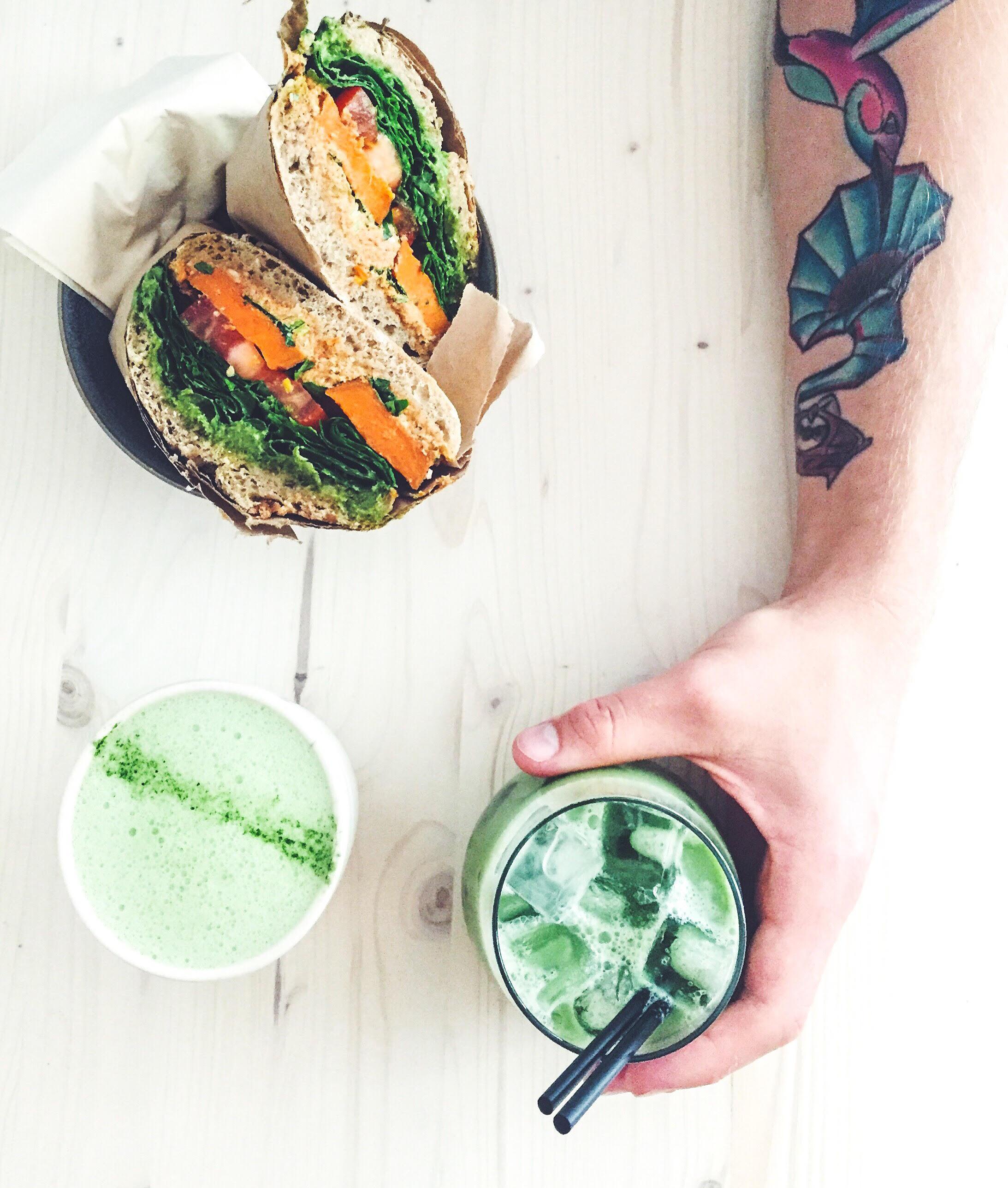 Sandwich og matcha is-latte på Souls